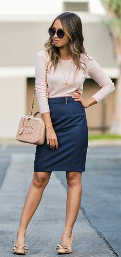 Blusa rosa palo, falda azul marino, zapatos nude