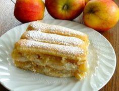 Für die Eierlikör-Apfelmus-Schnitte eine Kuchenform mit den Abmessungen von ca. 10x30x5 cm mit Frischhaltefolie auslegen. Für die 1. Schicht die