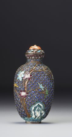 AN ENAMELLED SILVER SNUFF BOTTLE QING DYNASTY