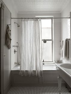 Beautiful Vintage Inspired New York Brownstone of Nina Persson - Gravity New York Brownstone, Nina Persson, Bathtub Sizes, The Cardigans, Walk In Bathtub, Turbulence Deco, New York Homes, Decoration Inspiration, Inspiration Boards