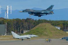 英空軍のタイフーン戦闘機と航空自衛隊のF2戦闘機=26日午前、三沢飛行場(撮影・長谷川悠人)