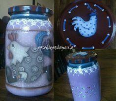 Frasco de vidro com aplicação de sticker galinha country e pintura acrílica com imitação de renda, e stencil.