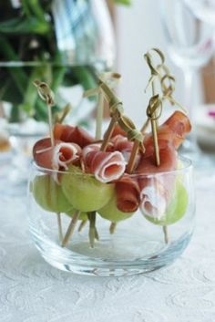 Prosciutto and Melon Skewers. Thread 1 melon ball and 1 prosciutto slice, onto 4 inch wooden skewers. Snacks Für Party, Appetizers For Party, Appetizer Recipes, Snacks Recipes, Healthy Recipes, Aperitivos Finger Food, Appetisers, Skewers, High Tea