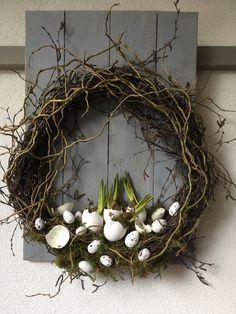 Easter Wreaths, Christmas Wreaths, Idee Diy, Bunch Of Flowers, Arte Floral, Xmas Decorations, Easter Crafts, Easter Eggs, Flower Arrangements