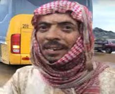 رجل أمن متقاعد ينقذ أربعينية وابنها من سيل جرفهما بالطائف ( فيديو)