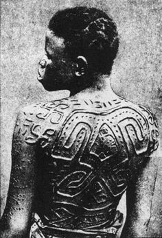 The ancient cross, known as the swastika, scarred upon this woman's back. Afro Punk, Scarification Tattoo, Anthropologie, African Tribes, African Culture, African History, How To Pose, People Of The World, Body Modifications