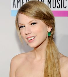 StyleCaster's beauty section offers expert makeup advice, hair how-to's, beauty tips, and easy hairstyles. Travel Hairstyles, Daily Hairstyles, Back To School Hairstyles, Celebrity Hairstyles, Ponytail Hairstyles, Straight Hairstyles, Straight Ponytail, Hairdos, Photos Of Taylor Swift
