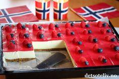 Hei,  Jeg har lenge tenkt på å lage en klassisk Ostekake med gelélokk i langpanne og nå har jeg endelig testet det ut.  DET BLE KJEMPEVELLYKKET! Jeg fikk 35 store ostekakestykker av denne oppskriften, så dette er en ideell kake å lage dersom du skal ha selskap. Pynt med noen friske bringebær, jordbær og blåbær, og du har en super kake til 17. mai! 17. Mai, Norwegian Food, Sweet Cakes, Cheesecakes, Nom Nom, Cake Recipes, Buffet, Raspberry, Deserts