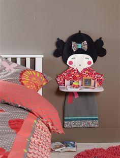 Mesita de noche de pared forma de muñeca habitación niña, de Vertbaudet. Me encanta!
