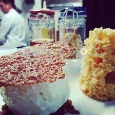 Queso con marmelo (helado de queso del Cebreiro y bizcocho de marmelo) con tejas de nueces | Restaurante Proxecto Garum Bistro en Santiago, A Coruña