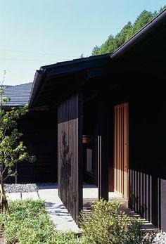 縦格子の玄関ポーチ(『塩河の家』〜里山の風景と暮らす家〜)- 外観事例|SUVACO(スバコ)