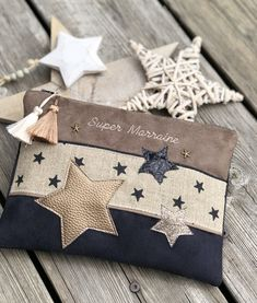 Pochette Stars Pochette Stars Pochette * Stars * - Another! - Her Crochet Sewing Hacks, Sewing Projects, Sewing Tips, Diy Clutch, Embroidery Bags, Couture Sewing, Denim Bag, Zipper Bags, Handmade Bags