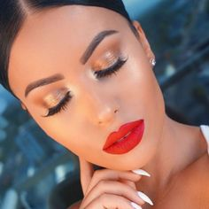 gold shimmery eye makeup,red lips goldschimmerndes Augen Make-up, rote Lippen Red Lipstick Makeup, Red Makeup, Makeup For Brown Eyes, Red Lipsticks, Makeup Inspo, Makeup Ideas, Makeup Looks With Red Lips, Hair Makeup, Makeup Looks For Red Dress
