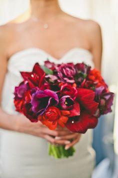 Fotos de buquê de noiva vermelho: Quer fugir das tradicionais rosas vermelhas? Combine outras flores em tons de vermelho e você terá um buquê de noiva variado como esse!