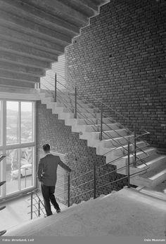 Standard telefon- og kabelfabrikk, interiør, trappeoppgang, mann