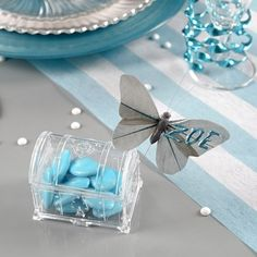 Dulcero transparente en forma de cofre para mesas dulces de bodas.