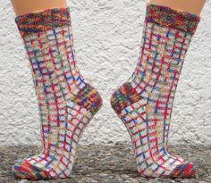 """Um Reste zu verstricken liebe ich einfach die """" Flotten Karos """" aus dem Buch """" Superidee Socken stricken """". Und vom Knubbelchen hatte ic..."""