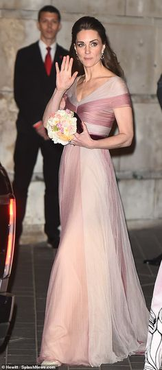 Catherine, Duchess of Cambridge, patron of 100 Women in Finance's Philanthropic Initiatives, attends a Gala Dinner in aid of 'Mentally Healthy Schools' at the Victoria and Albert Museum on February 2019 in London, England. Royal Dresses, Pink Gowns, Duke And Duchess, Duchess Of Cambridge, Duchesse Kate, Prince William And Catherine, Kate Middleton Style, Princesa Diana, Princess Charlotte