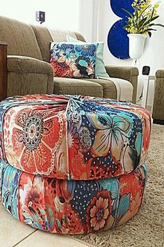 Diy ottoman or seat! Tire Furniture, Diy Furniture Projects, Upcycled Furniture, Ottoman Decor, Diy Ottoman, Home Crafts, Diy Home Decor, Diy Möbelprojekte, Tire Chairs