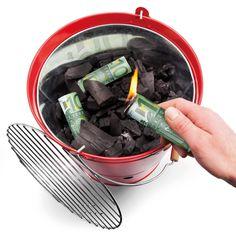 Geld verbrennen, das können Sie nur mit diesem Geschenk! Verblüffen Sie Freunde und Bekannte und setzen Sie vor Ihren Augen ein Bündel Geld in Brand. Möglich macht es dieser originelle Grillanzünder, der mit Sicherheit auf jeder Party ein Hit ist!