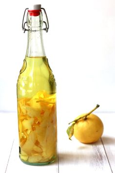 Limoncello Recipe for a classic homemade Italian digestivo: This Italian limoncello recipe makes delicious cocktails and homemade gifts. Find out how to make homemade limoncello with lemons and vodka. Italian Limoncello Recipe, Homemade Limoncello, Limoncello Drinks, Sorrento, Fun Drinks, Yummy Drinks, Beverages, Lemon Vodka, Gourmet