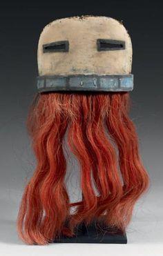 Masque facial demi-circulaire de Kachina ANG-CHINMANA ou QOCHA-MANA, Kachina HOPI, Arizona, USA Circa 1890-1900 H: Hors crins: 12,3cm x L: 17cm Cuir