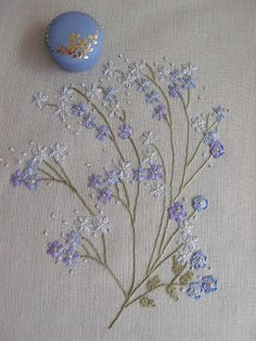 Flores no Jardim - Lee Albrecht: Bouquets Hand Embroidery Flowers, Hand Work Embroidery, Embroidery On Clothes, Flower Embroidery Designs, Silk Ribbon Embroidery, Crewel Embroidery, Hand Embroidery Patterns, Cross Stitch Embroidery, Machine Embroidery