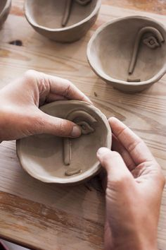 Madriguera Workshop-Face Collection Over the woman five-decade job, artist Viola Frey manufactured an impressive physique Ceramic Clay, Ceramic Plates, Ceramic Pottery, Pottery Vase, Diy Clay, Clay Crafts, Pinch Pots, Air Dry Clay, Clay Projects