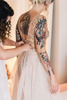 There two things mostly forever are marriage, and ink. These beautiful brides almost made my head explode with all the gorgeousness of the brides with tattoos. Sexy Tattoos, Body Art Tattoos, Girl Tattoos, Tattos, Tatoo Neck, Wedding Tattoos, Tattoo Bride, Tattoo Wedding Dress, Camo Tattoo