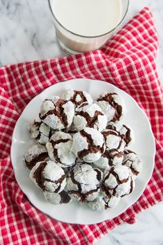 Soft, Tender, Chocolate Crinkle Cookie Recipe. Looking for ideas for classic, EASY Christmas cookie recipes and ideas for your DIY Homemade holiday cookie plate?! Try these DELICIOUS desserts!