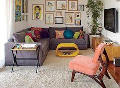 No projeto da arquiteta Gabriela Marques, o sofá em L aproveita integralmente o espaço da sala de estar