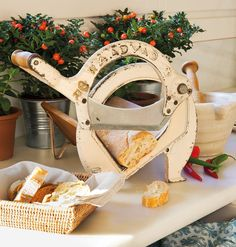 Via My inner landscape. Old bread slicer Doritos, Rustic Charm, Country Kitchen, Junk Food, Home Deco, Vignettes, Interior Inspiration, Chic, Sweet Home