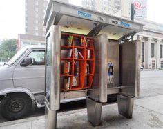 And the American version — a free mini library in a disused NYC pay phone booth, created by architect John Locke. John Locke, Mini Library, Little Library, Free Library, Library Ideas, Library Books, Read Books, Microsoft, Lending Library