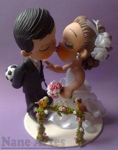 Todo casal sonha em transformar a cerimônia do casamento numa data a ser lembrada eternamente. Para isso os detalhes são de extrema importância. Que tal esta opção super delicada e romântica para dar o toque especial no seu bolo? <br> <br>Os noivinhos para topo de bolo, são personalizados, feitos de biscuit com alguns detalhes em tecidos e fita de cetim. <br> <br>Peça feita sob encomenda, com o prazo para a produção de 30 dias úteis após confirmação de pagamento.