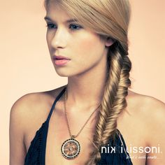 Short #NikkiLissoni necklace with a large pendant and 'Large Sparkling Daisies' gold plated coin of 43mm