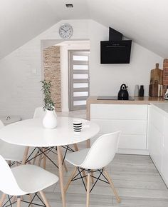 Maybe an all white kitchen isn't the best choice for a family with children- but it looks so good! Maybe an all white kitchen isn't the best choice for a family with children- but it looks so good! Decor, Home Kitchens, Minimalist Home, Living Room Interior, Home Decor Kitchen, Home Decor, House Interior, Apartment Decor, Home Deco