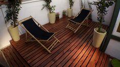 Un deck es una terraza de madera, que puede estar elevada sobre el terreno o a nivel del piso, en este caso la que enseñaremos es para hacer sobre un radier. Además, son los mismos pasos y materiales que se necesitan para construir el entramado de un piso de una ampliación, o de cualquier habitación proyectada sobre radier. Outdoor Furniture, Outdoor Decor, Sun Lounger, Patio, Ideas Para, Sweet Home, Deck, Yard, Home Decor
