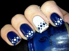 Unghie stile puntini in bianco e blu. Nails dot style in blu and white.