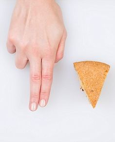 A piece of cake should be the length and width of two fingers. Healthy Tips, Healthy Eating, Food Portions, Bigger Person, Portion Sizes, Nutrition Articles, Portion Control, Piece Of Cakes, Foods To Eat
