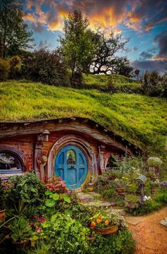 Hobbit House *I want one* Casa Dos Hobbits, Fairytale House, O Hobbit, Hobbit Door, Hobbit Art, Underground Homes, Earth Homes, Earthship, Fairy Houses