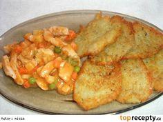 Bramborové placky s kuřecím masem a se zeleninou Bramborové placky: Brambory mouka majoránka kmín sůl podravka česnek Kuřecí směs: Kuřecí maso podravka kari grilovací koření zelenina (dle chuti) kečup chilli omáčka Kuřecí nudličky naložíme do koření den předem. Maso osmažíme na pánvi. Přidáme trochu mouky zamícháme a zalijeme vodou. Poté přidáme zeleninu.Ke konci přidám trochu kečupu