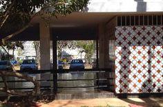 Proibido: cerca fecha acesso a pilotis na Asa Sul - http://noticiasembrasilia.com.br/noticias-distrito-federal-cidade-brasilia/2015/09/04/proibido-cerca-fecha-acesso-a-pilotis-na-asa-sul/