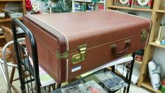 A vintage suitcase makeover includes tips on making the lining and how to secure the lining in the suitcase without using a sewing machine. Vintage Suitcases, Vintage Luggage, Vintage Suitcase Decor, Diy Projects Vintage, Old Luggage, Antique Booth Ideas, Painted Coffee Tables, Recycled Furniture, Modern Furniture