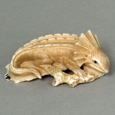 Antique-Japanese-Cow-Bone-Netsuke-Lizard-On-Wood-Carving-HN2024