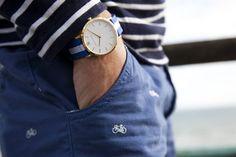 Posso curtir  tipo dez vezes ... Releitura Náutica no listrado da camisa , acompanham o Design do relógio ... E o vintage aparece também , nos detalhes show da calça ! - Fancy - Vasa Gold & White Watch by Larsson & Jennings