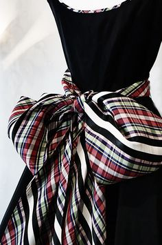 Gorgeous silk taffeta tartan plaid bow on a vintage velvet evening gown. Tartan Mode, Tartan Plaid, Plaid Scarf, Velvet Evening Gown, Evening Gowns, Velvet Gown, Satin Gown, Fashion Details, Look Fashion