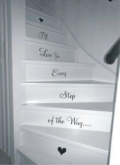 Romantische spreuk op de trap; hoe leuk is het om een persoonlijke touch aan te brengen met deze sticker?
