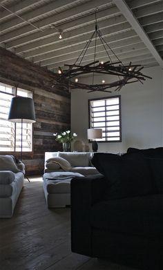 Landelijk interieur met een robuuste uitstraling. Let ook op de eigenzinnige vormgeving van de lamp. #landelijk #interieur