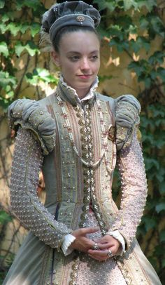 """Elizabethan gown - Another pinner says, """"I keep seeing this young lady pop up in my searches. I dont know who you are but your work is stunning! Renaissance Mode, Costume Renaissance, Medieval Costume, Renaissance Clothing, Renaissance Fashion, Medieval Dress, Historical Clothing, Elizabethan Costume, Elizabethan Fashion"""