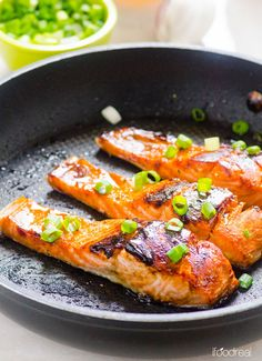 Easy Crispy Honey Garlic Salmon - Crispy on the outside and juicy inside, this healthy 30 minute dinner is a winner! Clean Eating Dinner, Clean Eating Recipes, Healthy Dinner Recipes, Healthy Eating, Cooking Recipes, Healthy Meals, Delicious Recipes, Salmon Recipes, Fish Recipes